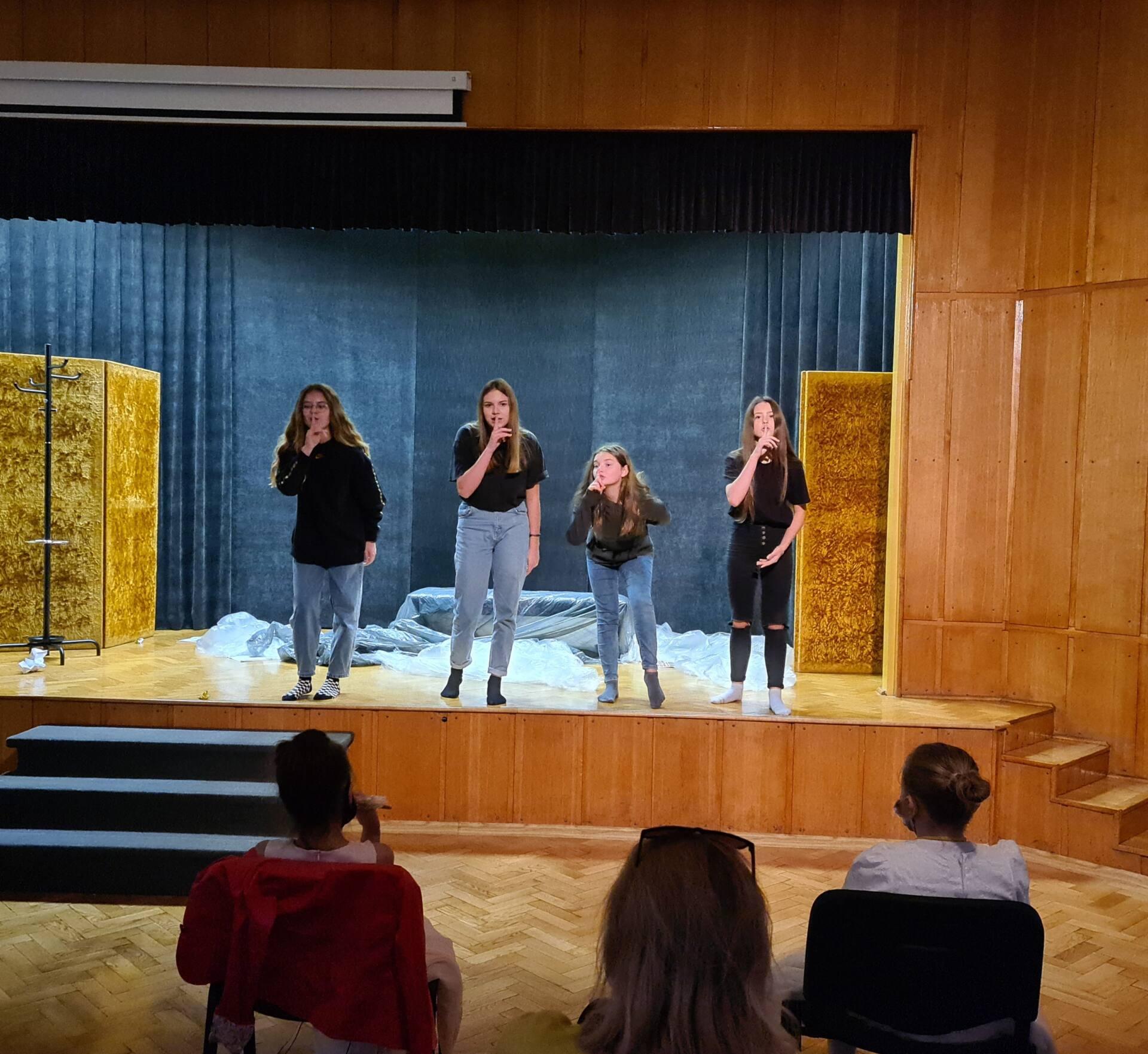 20201020 104329 Zamojskie Premiery Teatralne. Młodzi aktorzy pokazali swoje umiejętności [FOTORELACJA]