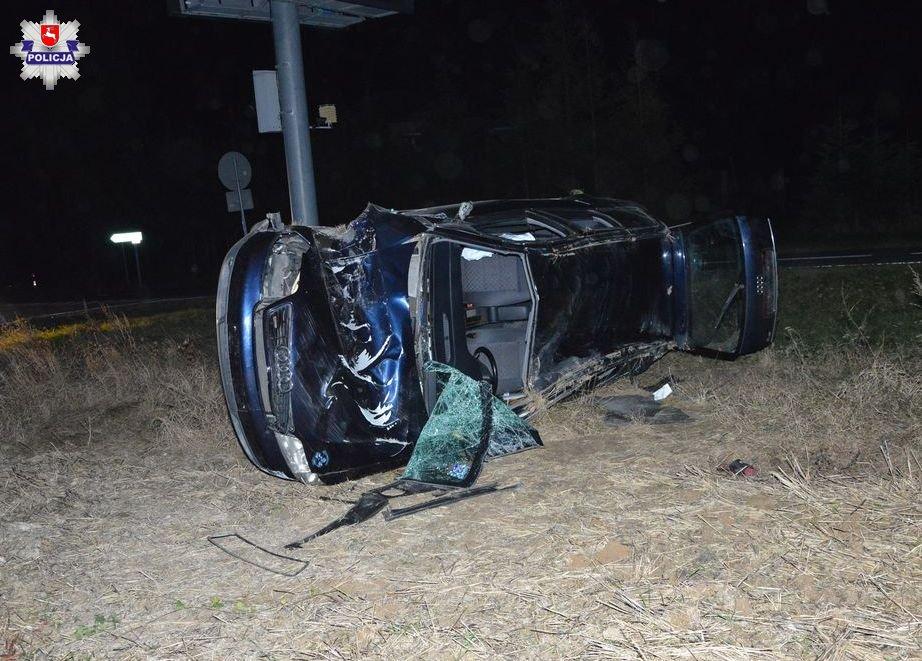 68 176555 Uderzył w znak drogowy i słup informacyjny, a potem dachował, był pijany