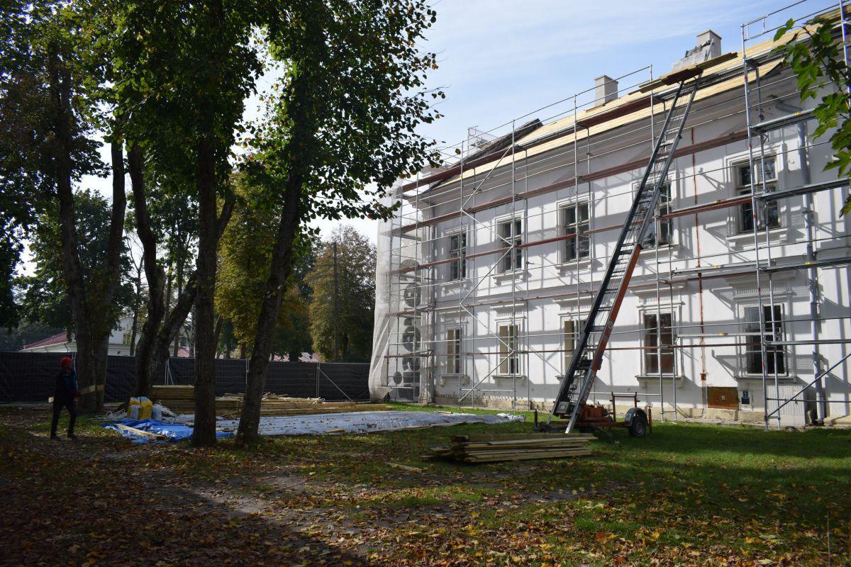9179b Trwa remont dachu w zabytkowym budynku szkoły