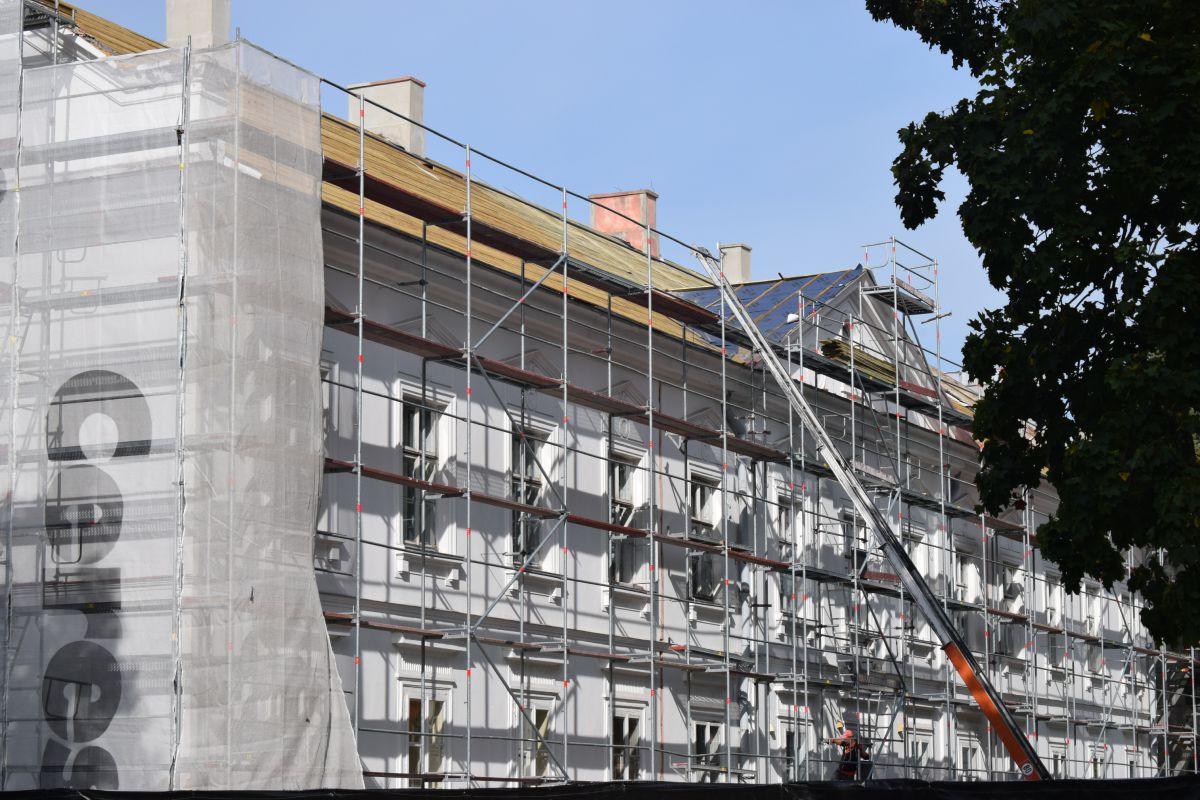 9180b Trwa remont dachu w zabytkowym budynku szkoły