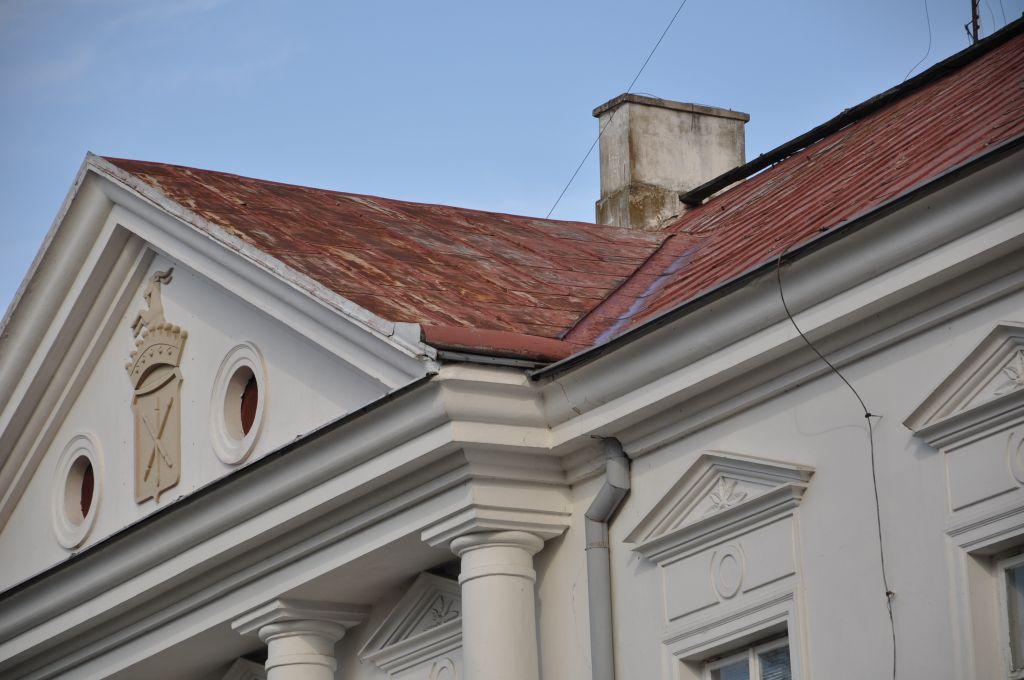 9257b Trwa remont dachu w zabytkowym budynku szkoły