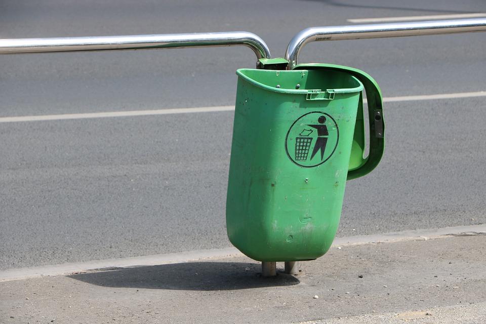 dumpster 2456470 960 720 ZAMOŚĆ: 69-latka zostawiła pieniądze w śmietniku. Myślała, że bierze udział w policyjnej akcji