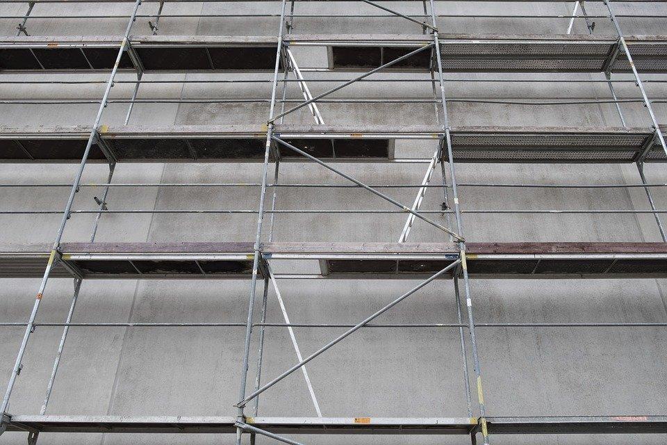 scaffold 2710841 960 720 29-latek spadł z rusztowania. Doznał poważnych obrażeń