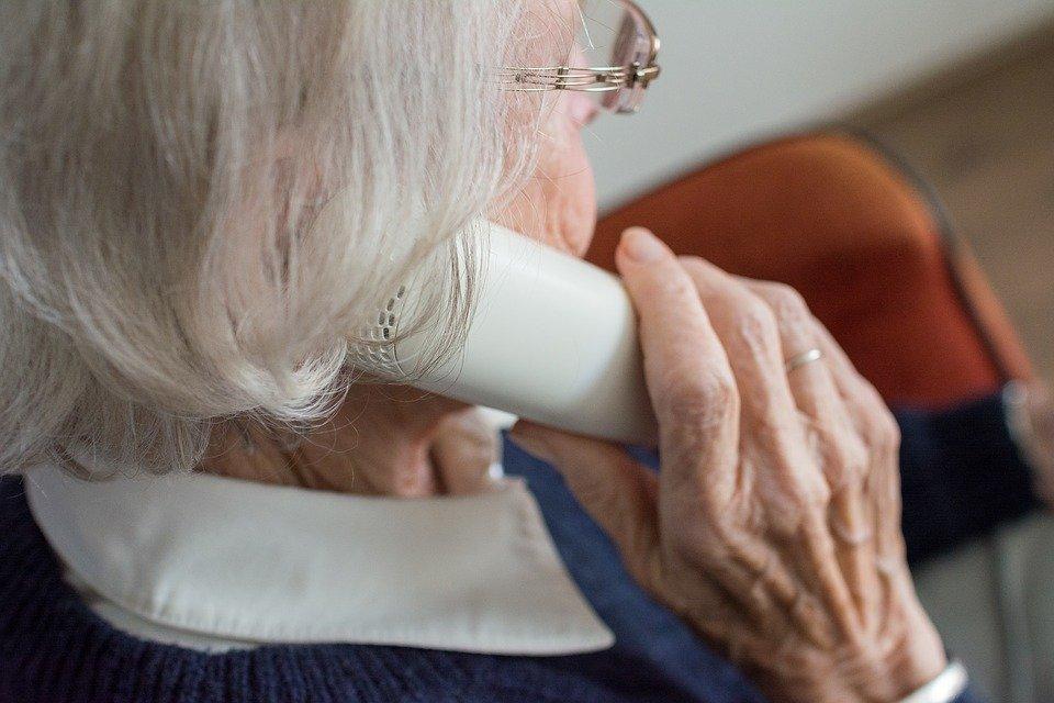 woman 3188744 960 720 ZAMOŚĆ: Oszuści podają się przez telefon za pracowników poczty i policjantów.