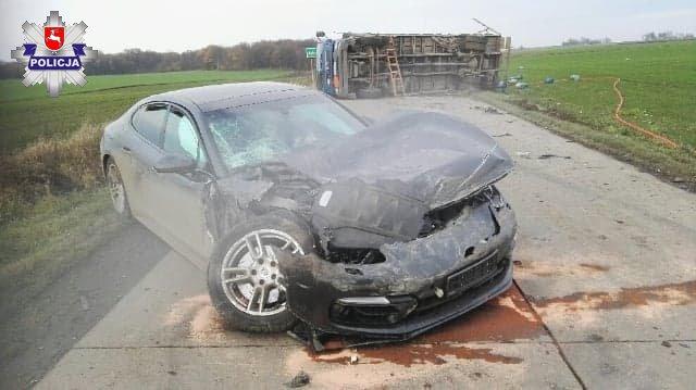 68 177224 Ciężarówka przewrócona po zderzeniu z Porsche. Na drogę wypadły butle z gazem