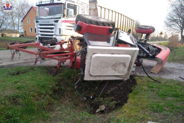68 177331 Traktor wylądował w rowie.
