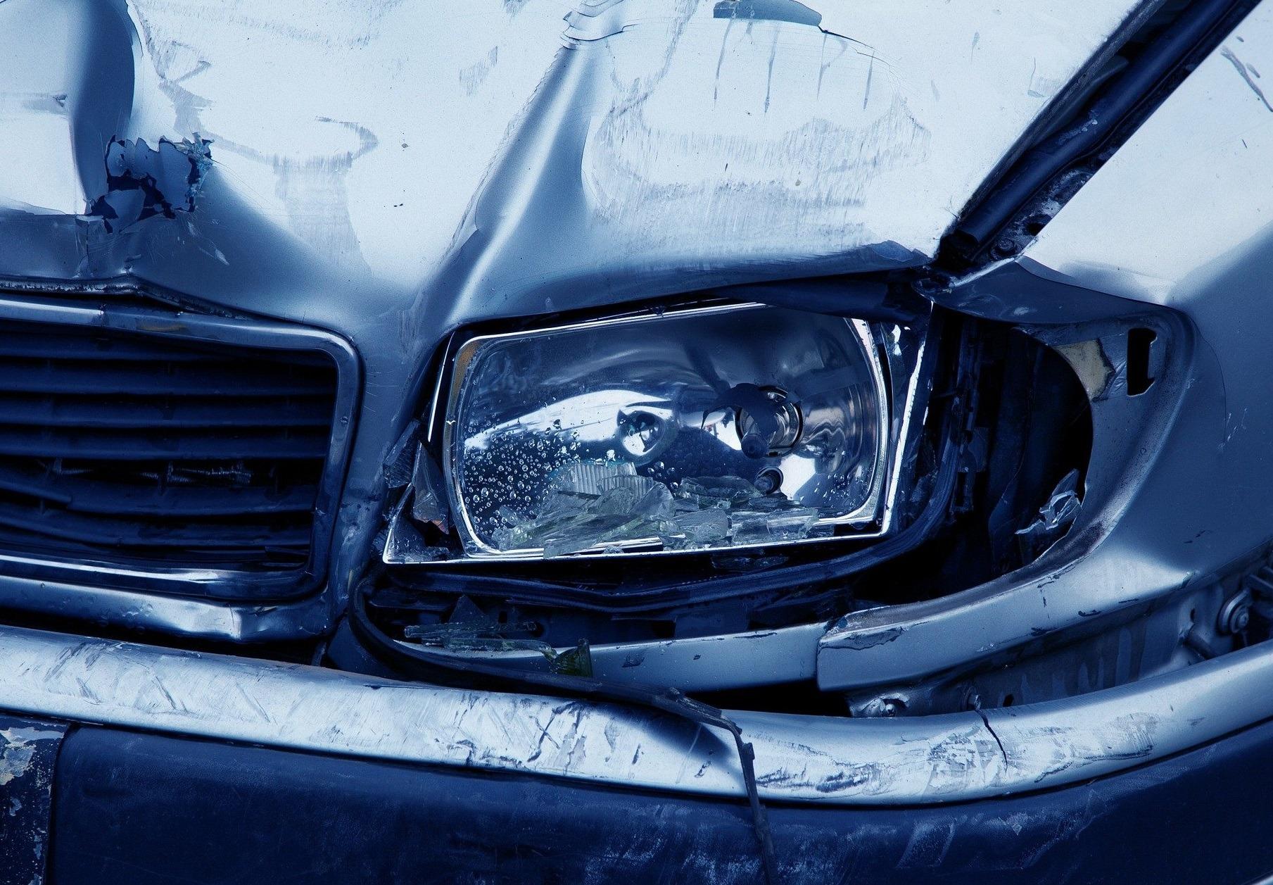 headlamp 2940 1920 Kradzionym oplem po pijanemu spowodował kolizję z ciągnikiem