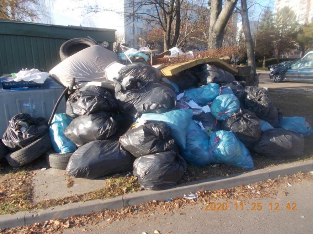 smieci ZAMOŚĆ: Podrzucił na osiedle stertę śmieci. Nie uszło mu to na sucho
