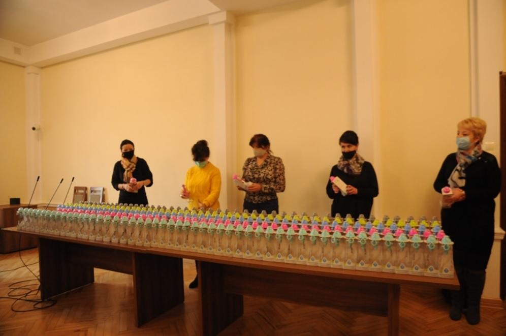 beztytulu 1 Promują picie kranówki. Zakupili dla uczniów butelki filtrujące