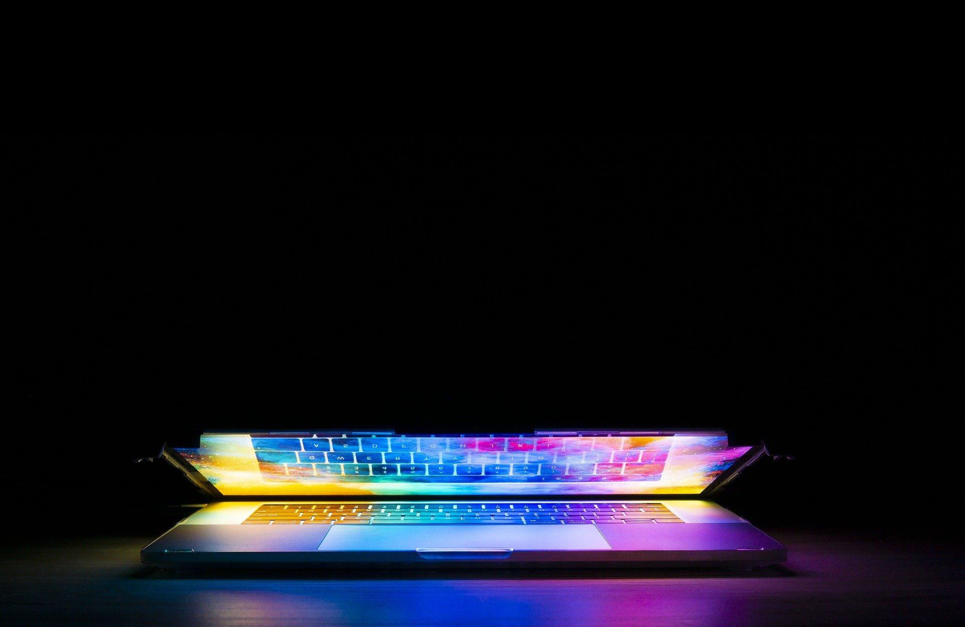 keyboard 5017973 1920 37 - latek zainstalował na komputerze program i patrzył, jak z jego konta znikają pieniądze