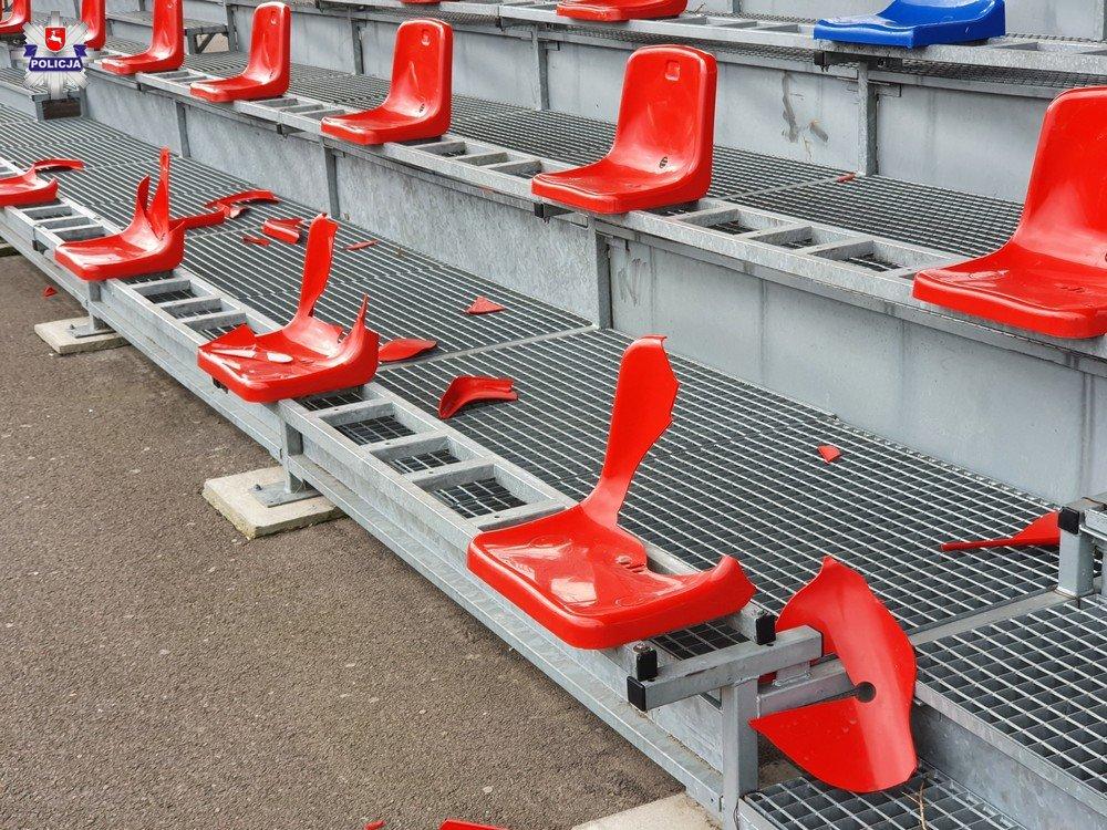 68 180100 Nieletni wandale zniszczyli krzesełka na trybunach stadionu