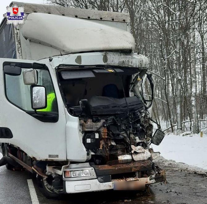 68 180224 Poważny wypadek z udziałem dwóch ciężarówek. Kierowca zakleszczony w samochodzie