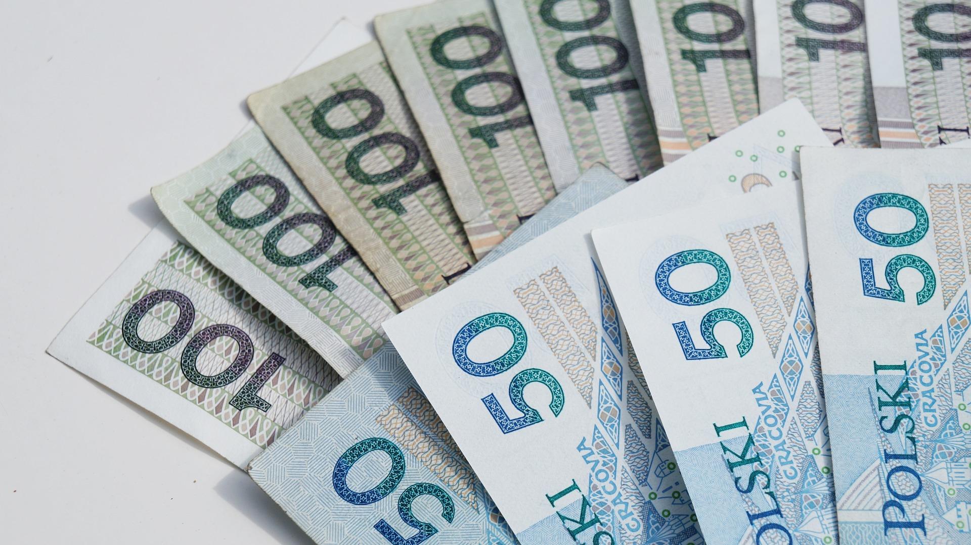 money 1386324 1920 Sejm przyjął ustawę o 14. emeryturze. Kto i kiedy ją otrzyma?