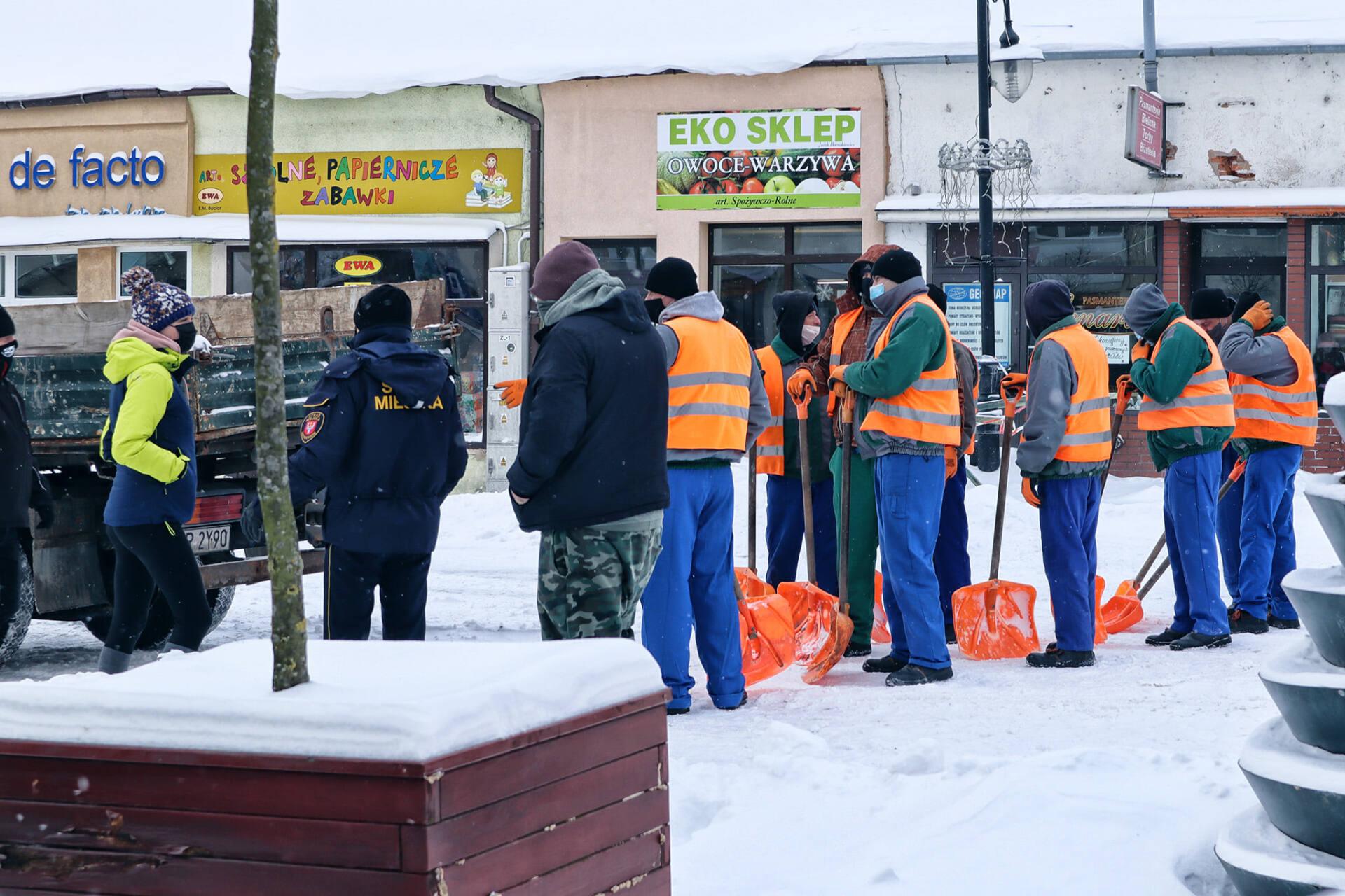 149990910 2791372571150243 397878629255276441 o Hrubieszów: Więźniowie odśnieżali miasto
