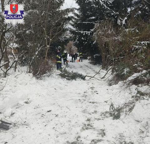 361 181106 Dzielnicowi i strażacy pomagają starszym i samotnym przetrwać trudy zimy