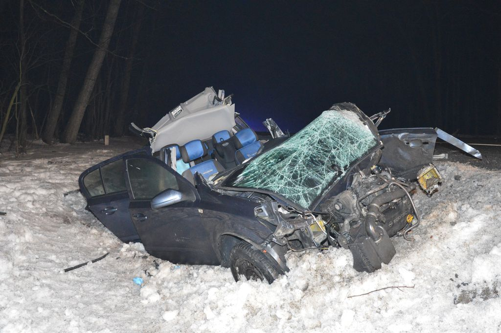 361 181579 Poważny wypadek na krajowej 17 pod Zamościem. Opel zderzył się z ciężarówką