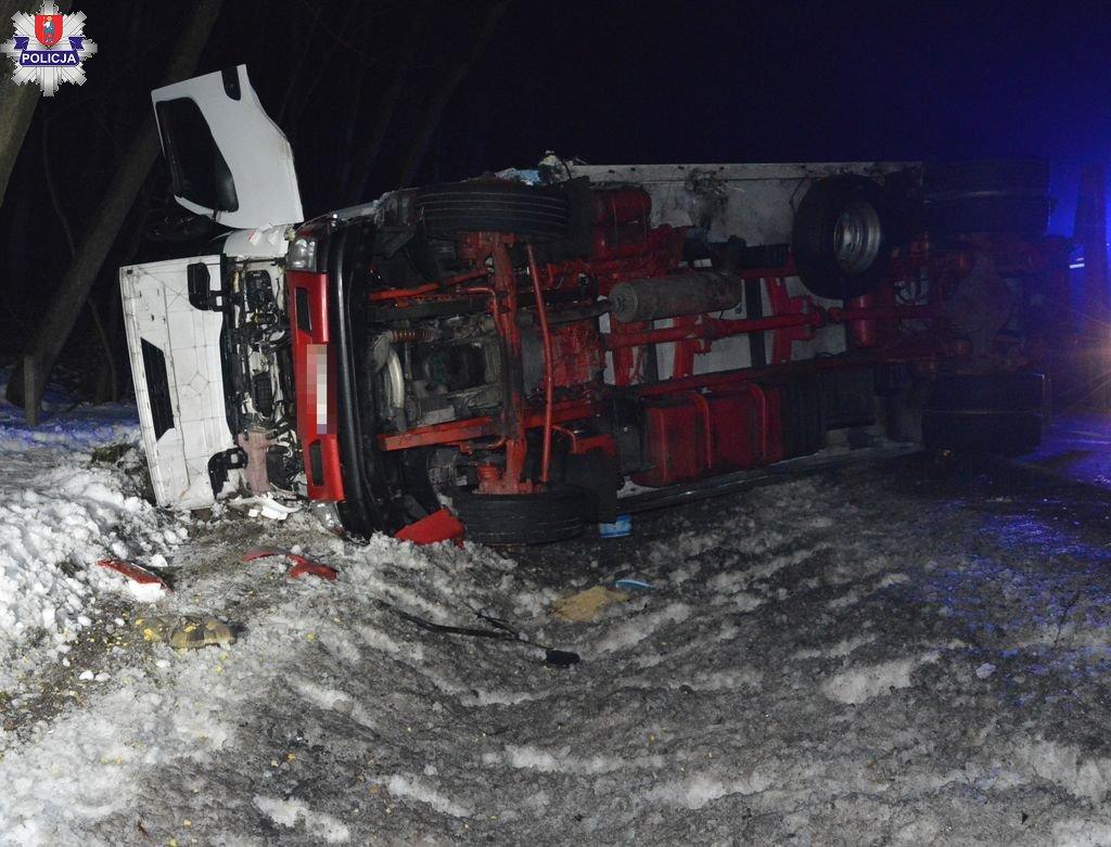 361 181580 Poważny wypadek na krajowej 17 pod Zamościem. Opel zderzył się z ciężarówką