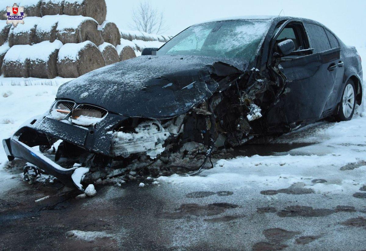 68 181275 Czołowe zderzenie BMW i forda. 32-latka w szpitalu
