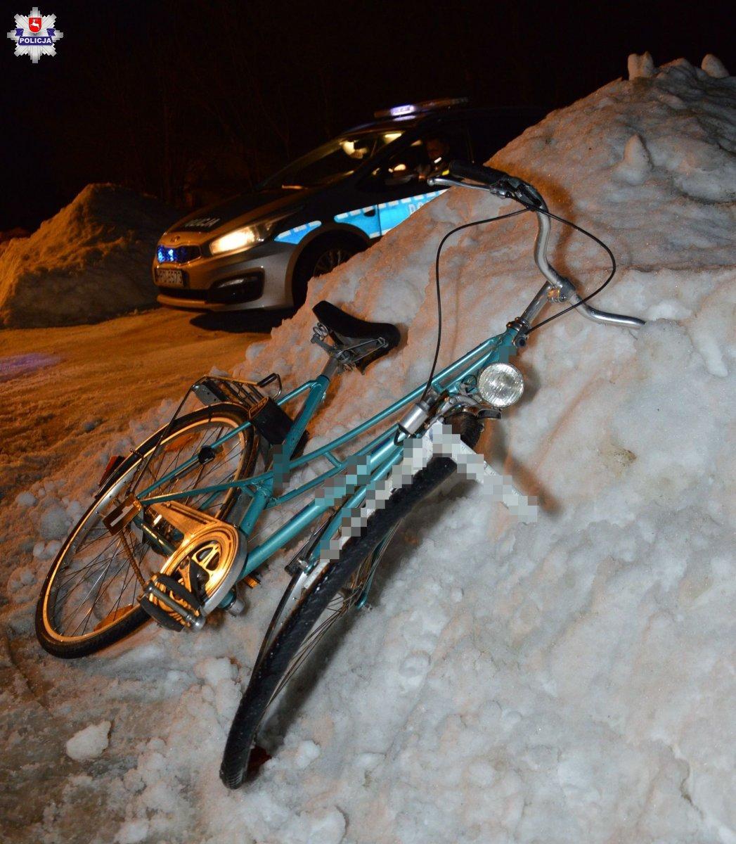 68 181431 Rowerzystka potrącona przez samochód. Śmigłowiec zabrał ją do szpitala