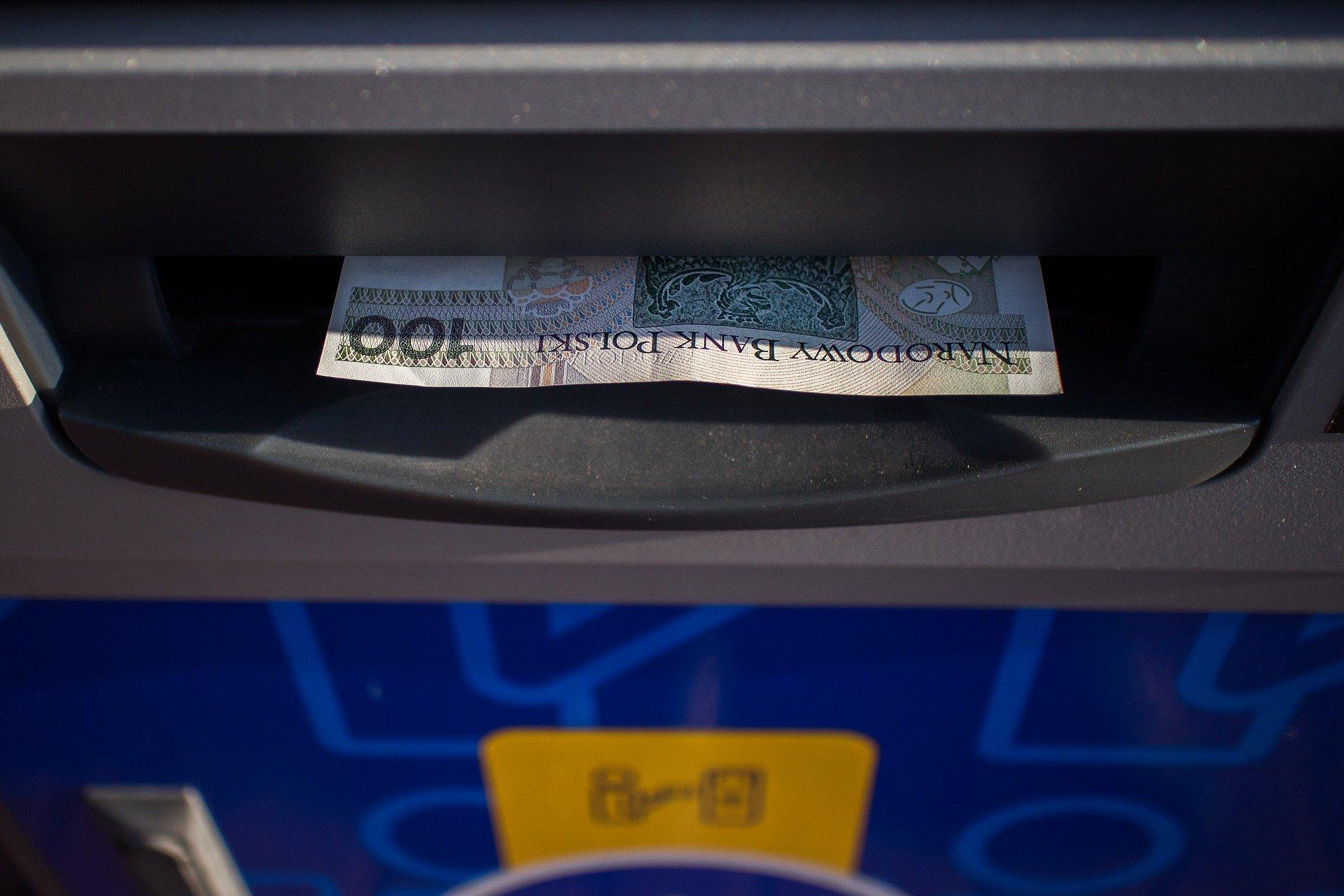 atm 2923514 1920 Ktoś wypłacił pieniądze z bankomatu i ich nie zabrał