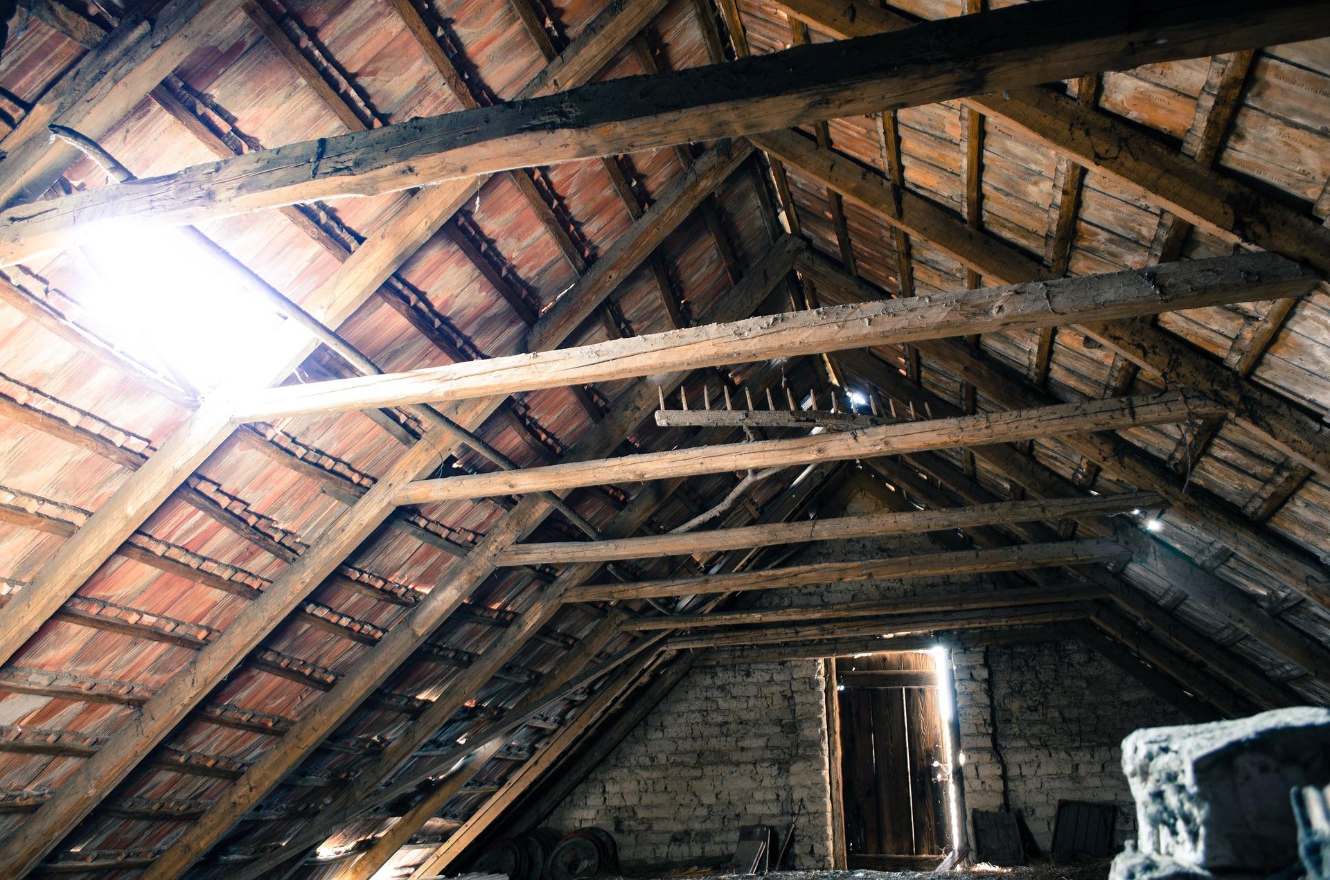 attic 112266 1920 Zamościanin schował się przed policjantami na strychu