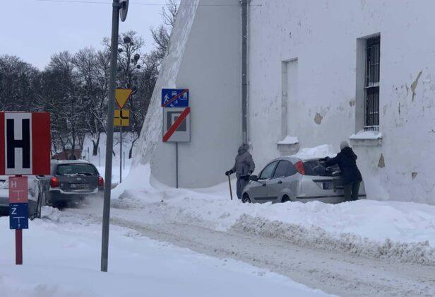 img 6577 ZAMOŚĆ: Obfite opady śniegu. Fatalne warunki na osiedlach i parkingach [ZDJĘCIA]