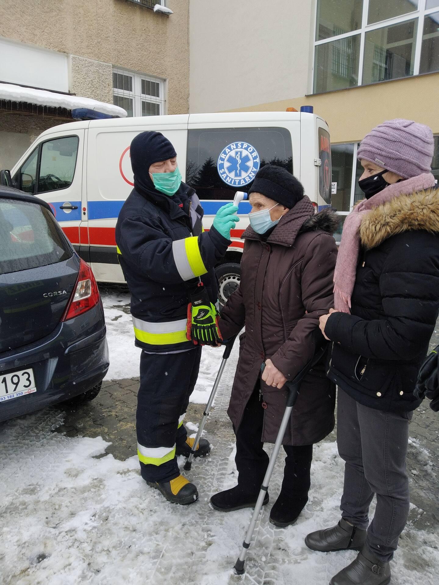 radecznica 2 Strażacy dowożą na szczepienia przeciwko COVID-19