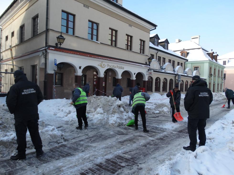 s4 22327ec08151b0230f6f4b33d87b961a ZAMOŚĆ: Więźniowie walczą ze śniegiem [ZDJĘCIA]