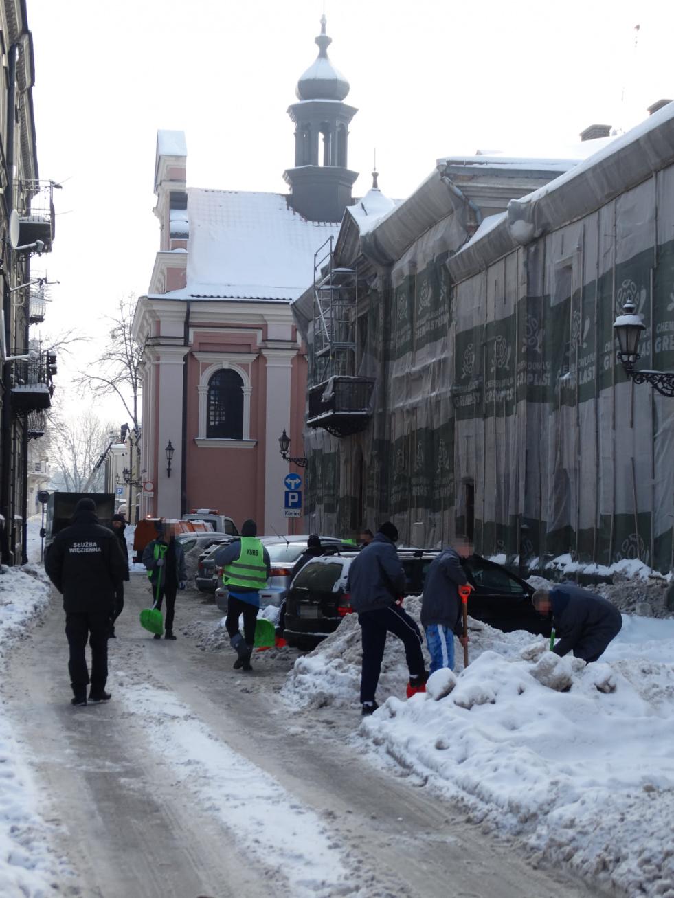 s4 631087aee3937b54d753c5c9d970157d ZAMOŚĆ: Więźniowie walczą ze śniegiem [ZDJĘCIA]