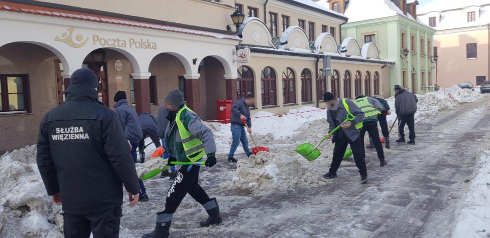 s4 a69a94069c996862966123c29622822c ZAMOŚĆ: Więźniowie walczą ze śniegiem [ZDJĘCIA]