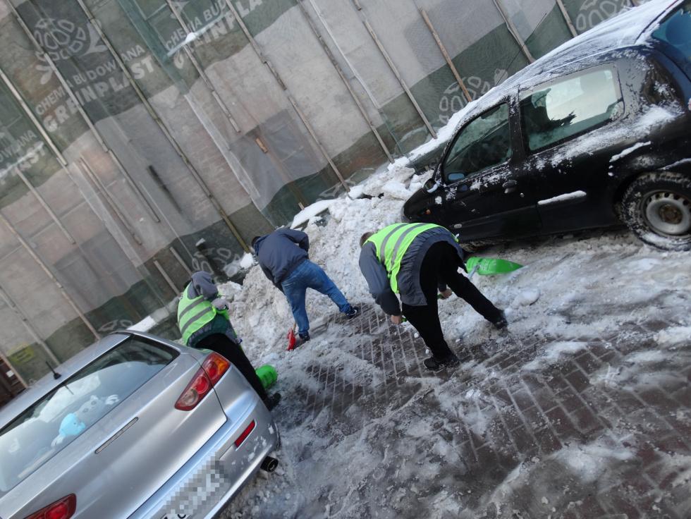 s4 a7726032ed4bbb77700ddbd33e705aef ZAMOŚĆ: Więźniowie walczą ze śniegiem [ZDJĘCIA]
