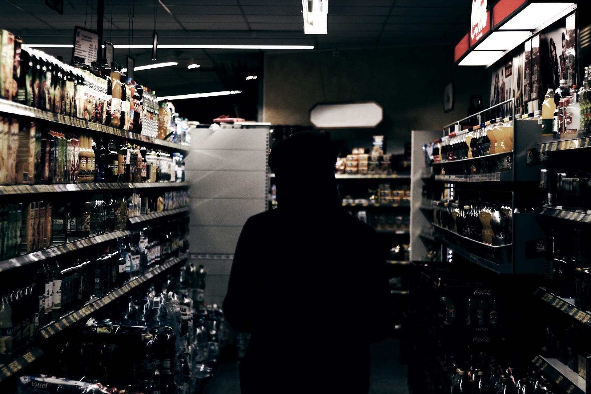 sillhouette 1209564 1920 ZAMOŚĆ: Ukradli alkohol i zaatakowali pracowników sklepu