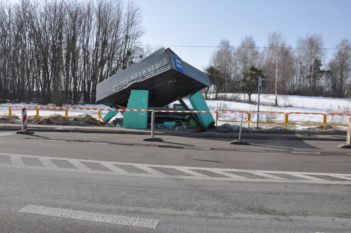 359 181816 Ktoś uszkodził przystanek. Policja poszukuje świadków zdarzenia