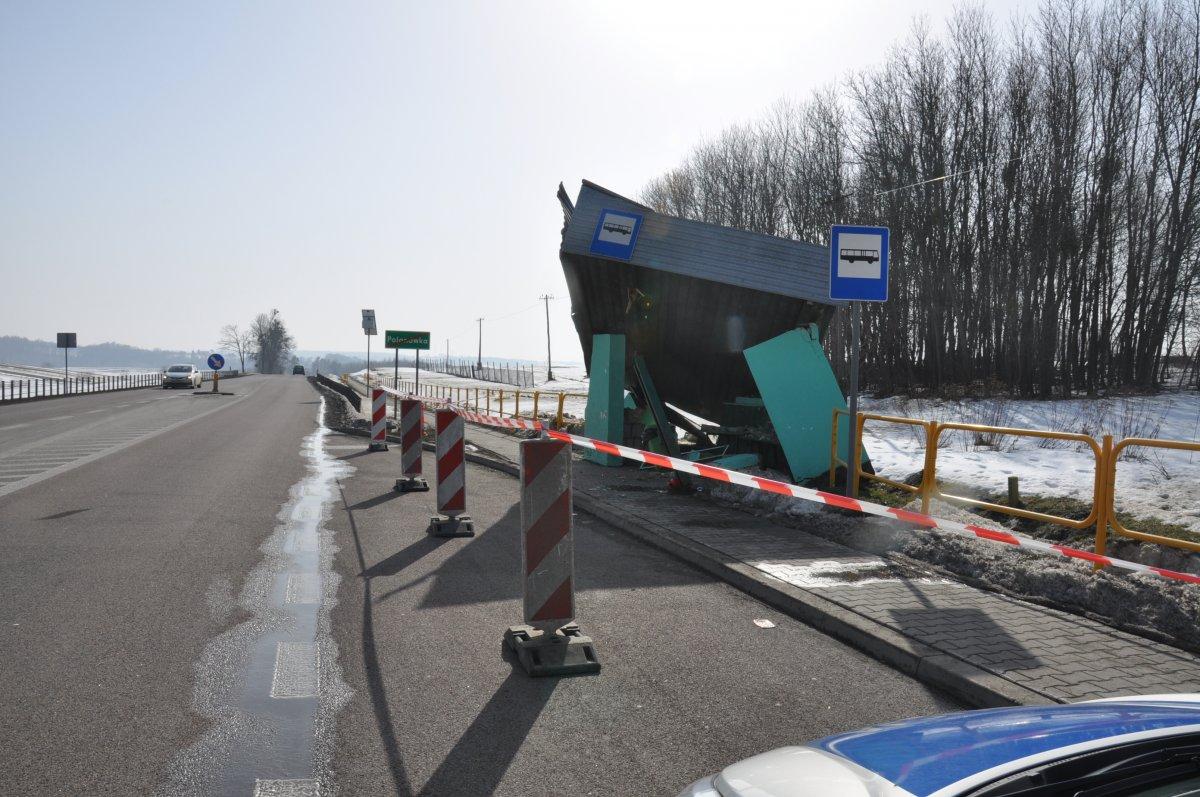 359 181817 Ktoś uszkodził przystanek. Policja poszukuje świadków zdarzenia