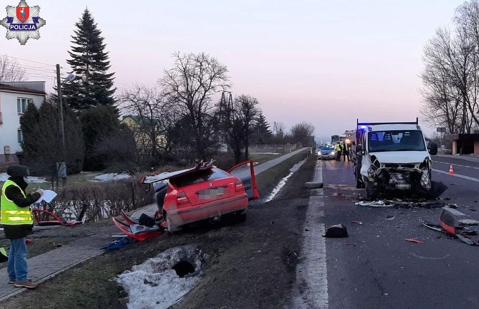 361 181807 Poważny wypadek na krajowej 17. Zderzenie skody z dostawczym iveco. Są ranni