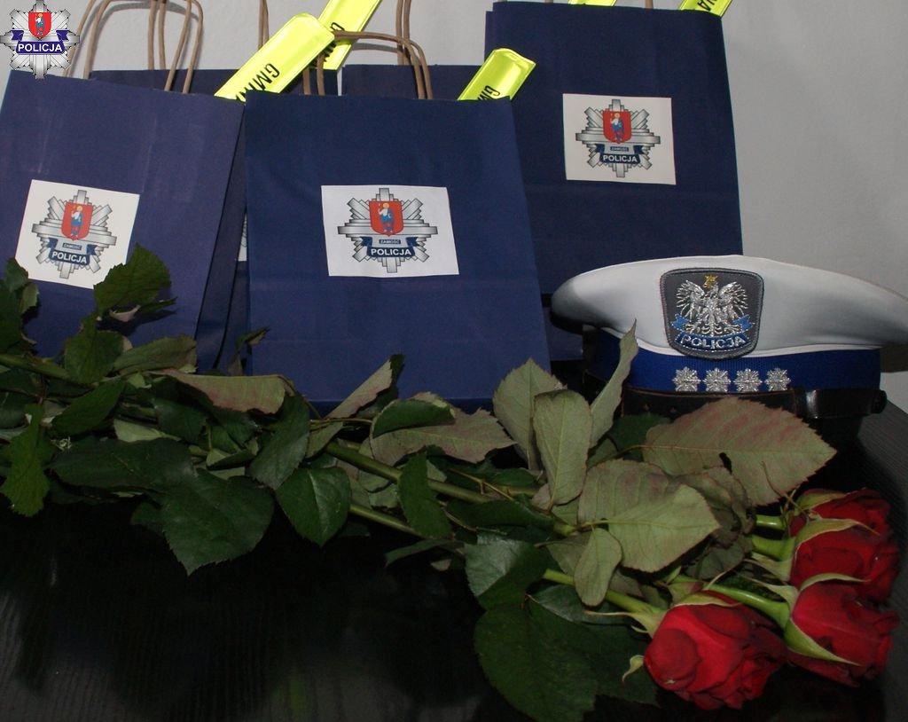 361 182024 Kwiaty i upominki dla pań za kółkiem. Policyjna akcja z okazji Dnia Kobiet