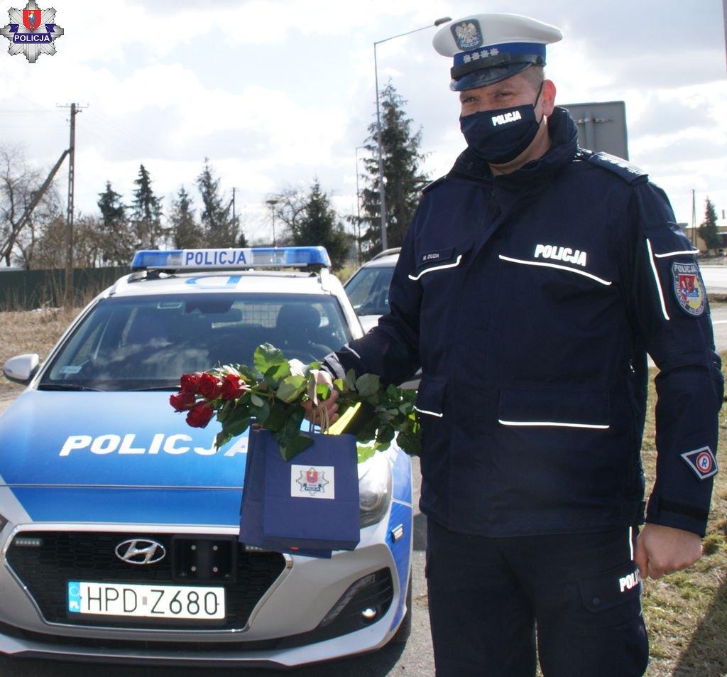 361 182025 Kwiaty i upominki dla pań za kółkiem. Policyjna akcja z okazji Dnia Kobiet