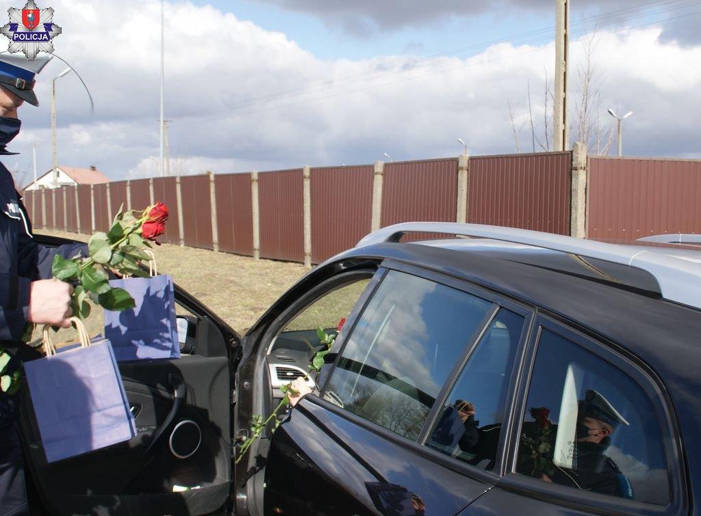 361 182027 Kwiaty i upominki dla pań za kółkiem. Policyjna akcja z okazji Dnia Kobiet