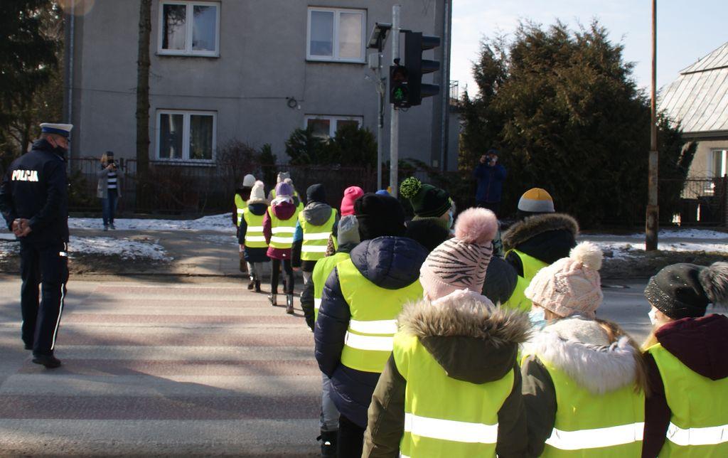 361 182180 g ZAMOŚĆ: Uczniowie SP nr 6 już wiedzą, jak bezpiecznie przechodzić przez jezdnię