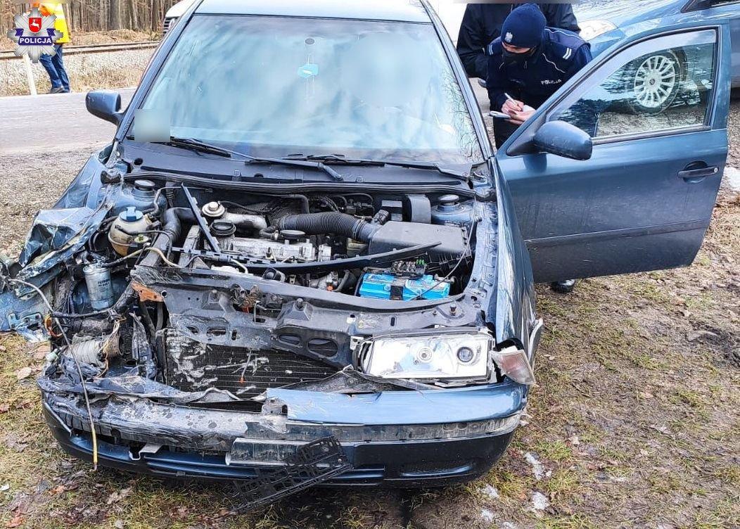 68 181904 Kierowca skody zderzył się z jadącą po torach drezyną