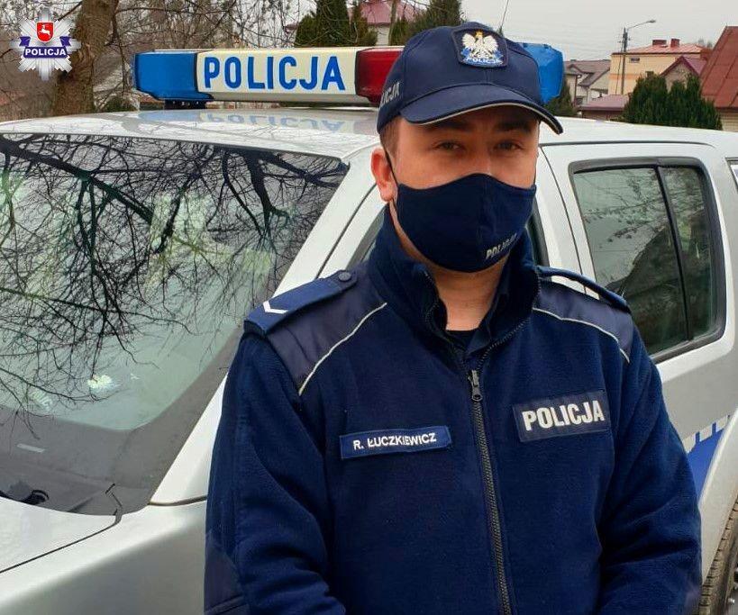 68 182463 Policjanci uratowali mężczyznę z płonącego domu