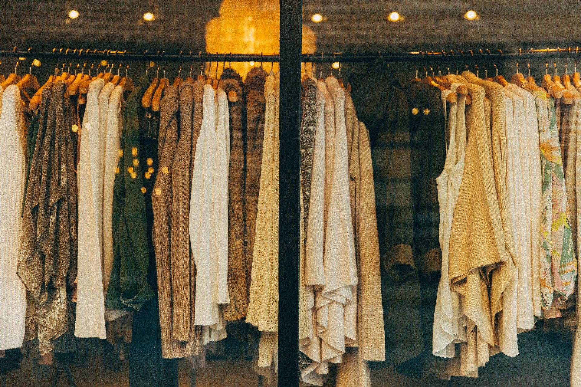 fashion 1031469 1920 ZAMOŚĆ: 55-latka odpowie za kradzież płaszcza z galerii handlowej