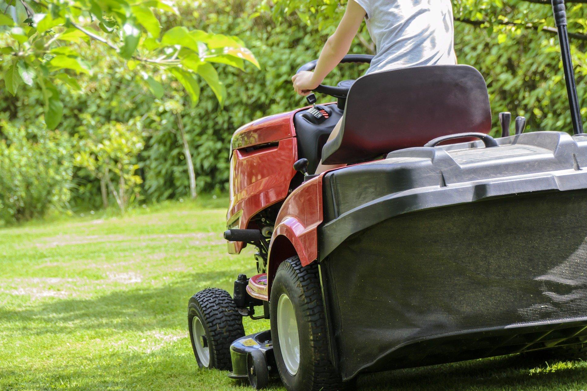 mowing the grass 1438159 1920 53 - latek oszukany przy zakupie traktora przez internet