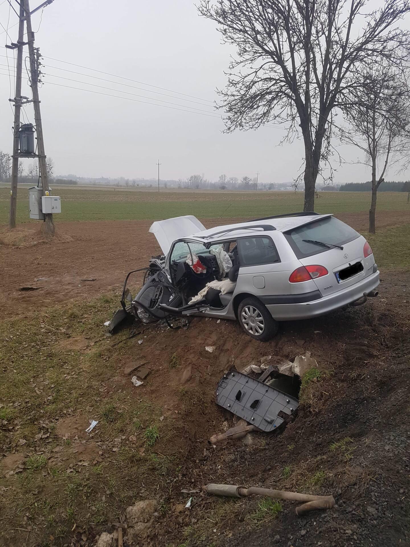 received 487254142410753 k Kierowca Toyoty uderzył w betonowy przepust drogowy