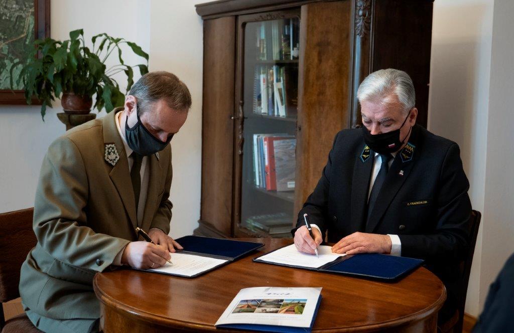 zdjecie nr 1 podpisanie umowy pkp lhs rpn PKP LHS rozszerza wieloletnie partnerstwo z Roztoczańskim Parkiem Narodowym