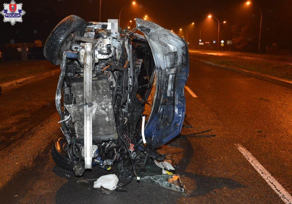 361 183032 ZAMOŚĆ: Samochód dachował i stanął w ogniu.