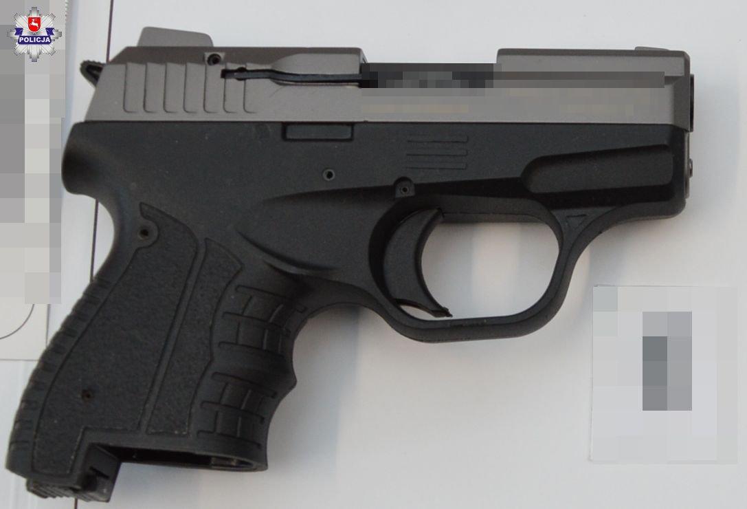 68 183213 Przedmiotem przypominającym broń palną próbował wymusić otwarcie sklepu