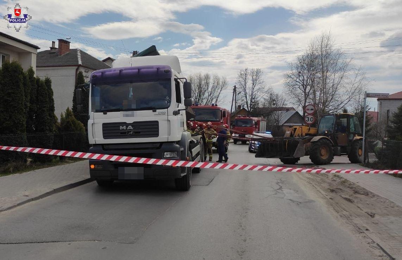 68 183491 Ładunek zsunął się z ciężarówki. Pojazd w każdej chwili mógł się wywrócić.
