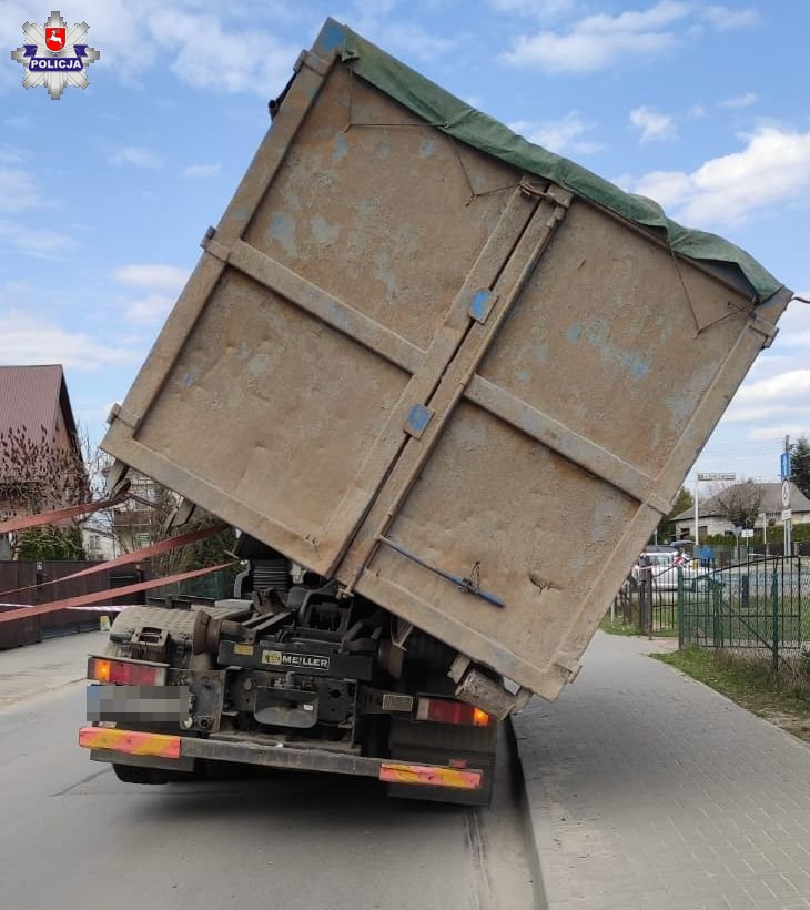 68 183492 Ładunek zsunął się z ciężarówki. Pojazd w każdej chwili mógł się wywrócić.