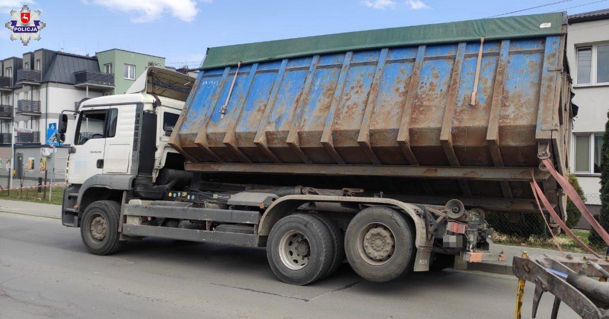 68 183493 Ładunek zsunął się z ciężarówki. Pojazd w każdej chwili mógł się wywrócić.